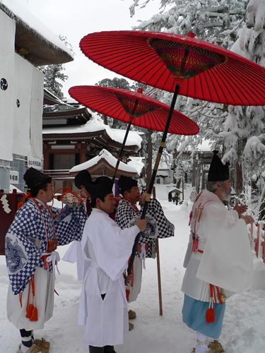 Японские острова Yamabushi_in_prayer
